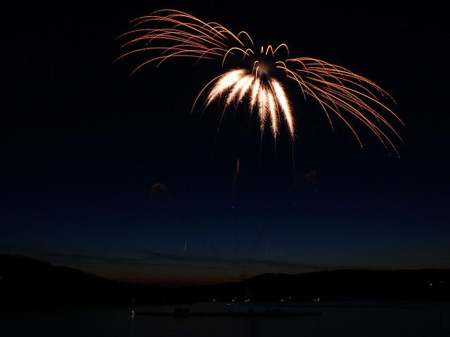 fireworks-139924_640
